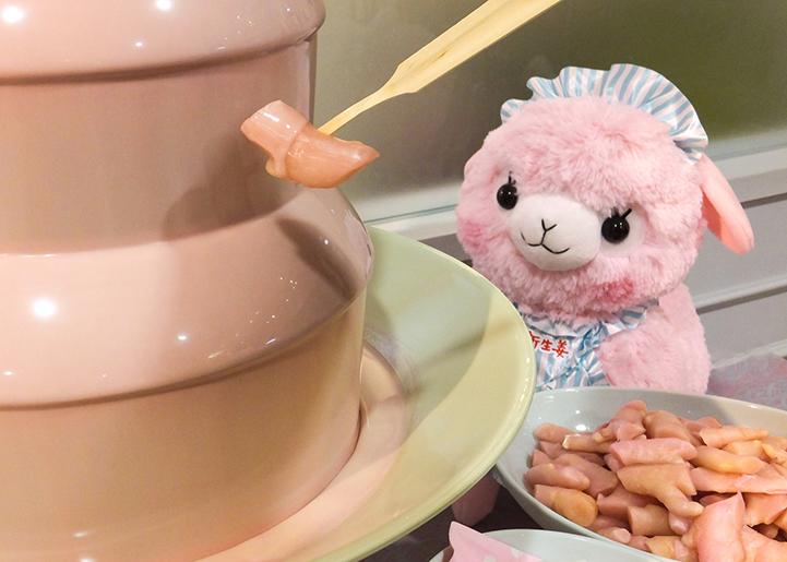画像:ピンクジンジャーチョコファウンテンでひとくちサイズの岩下の新生姜にチョコをディップ