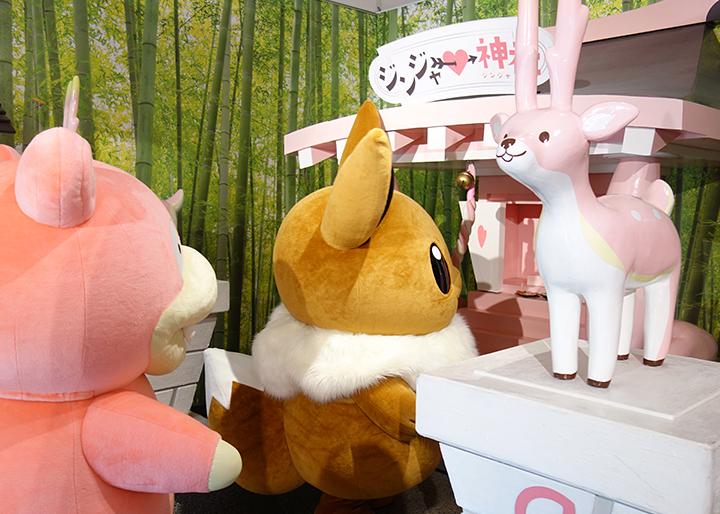 画像:「ジンジャー神社」にお参りするイーブイとヤドン