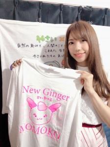 画像:「シンショウガ☆モモコ Tシャツ」と桐谷蝶々さん