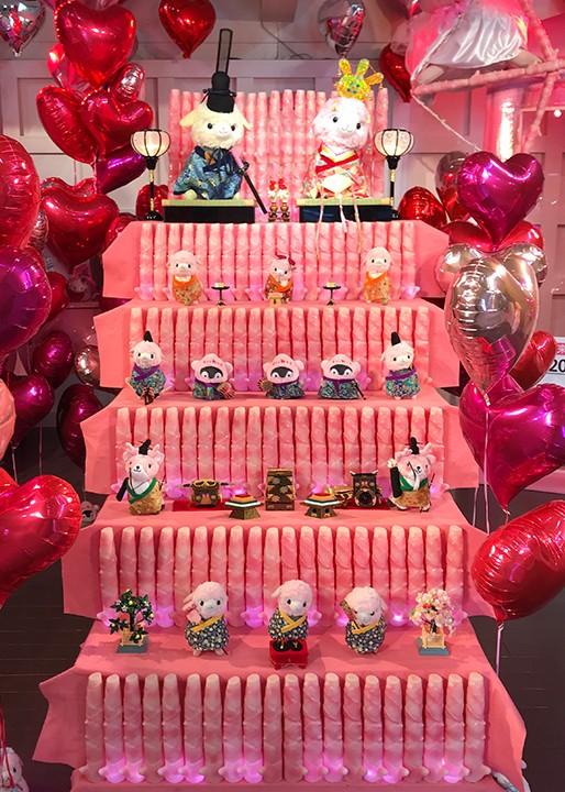 画像:ピンクに光るひな壇!岩下の新生姜キャラクターの五段ひな飾り