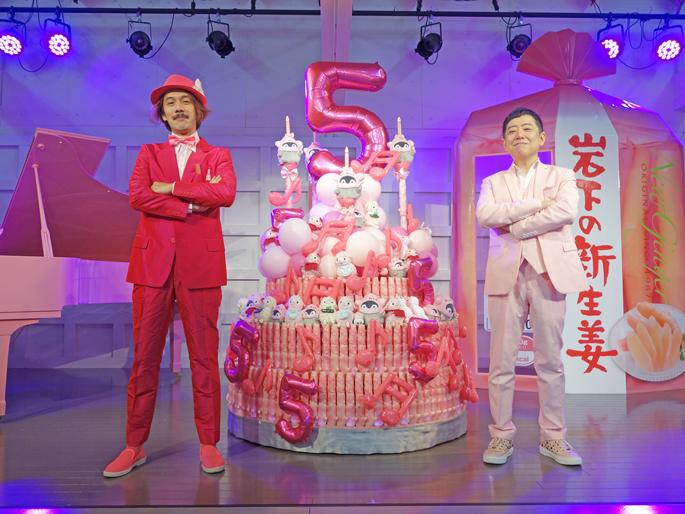 画像:レ・ロマネスクTOBIさんと岩下社長のツーショット(岩下の新生姜ペンライトバースデーケーキを囲んでポーズ)