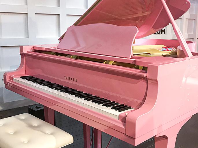 画像:岩下の新生姜色のグランドピアノ