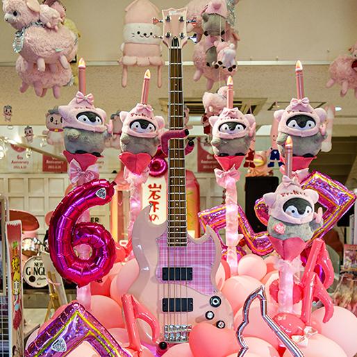 画像:ピンクのベース「バンドリ!」牛込りみモデル